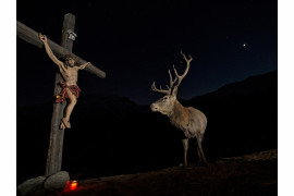 "fot. Horst Eberhöfer, ""Deer at the cross"", wyróżnienie w kategorii Natura i Ludzie /  GDT Wildlife Photographer of the Year 2017"