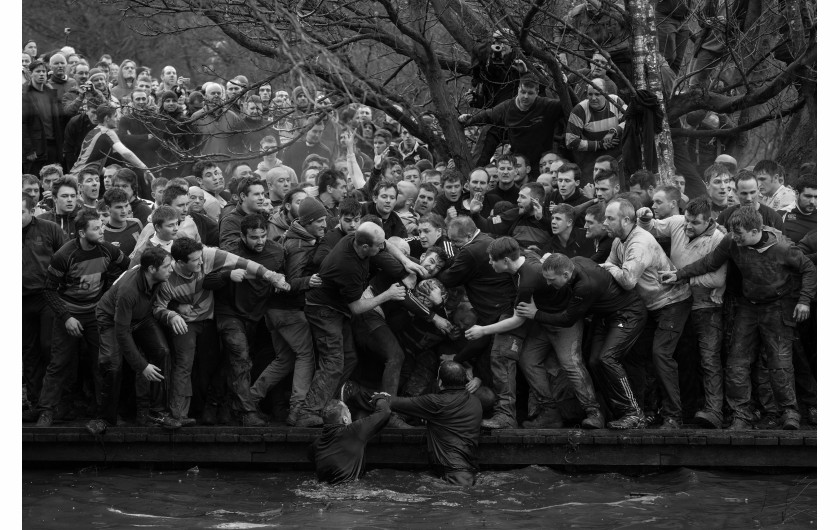 © Oliver Scarff (Agence France-Presse), Royal Shrovetide Football - I miejsce w kategorii SPORTS SINGLES / Członkowie drużyn Up'ards i Down'ards podczas corocznego spotkania Royal Shrovetide Football Match w Ashbourne (Derbyshire, UK).