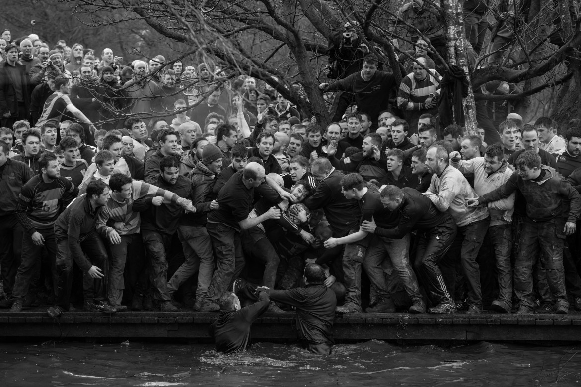 "© Oliver Scarff (Agence France-Presse), ""Royal Shrovetide Football"" - I miejsce w kategorii SPORTS SINGLES / Członkowie drużyn Up'ards i Down'ards podczas corocznego spotkania Royal Shrovetide Football Match w Ashbourne (Derbyshire, UK)."