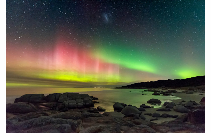 fot. James Stone, Aurora Australis from Beerbarrel Beach 2. miejsce w kategorii Aurorae / Insight Investment Astronomy Photographer of the Year 2019