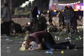 "© David Becker (Getty Images), ""Massacre in Las Vegas"" - I miejsce w kategorii SPOT NEWS STORIES / 58 osób zginęło, a ponad 500 zostało rannych po tym, jak strzelec Stephen Paddock otworzył ogień do tłumu ponad 20 000 koncertujących na Route 91 Harvest Country Music Festival w Mandalay Bay Resort (Casino w Las Vegas, Nevada, USA)."