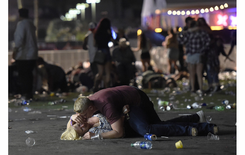 © David Becker (Getty Images), Massacre in Las Vegas - I miejsce w kategorii SPOT NEWS STORIES / 58 osób zginęło, a ponad 500 zostało rannych po tym, jak strzelec Stephen Paddock otworzył ogień do tłumu ponad 20 000 koncertujących na Route 91 Harvest Country Music Festival w Mandalay Bay Resort (Casino w Las Vegas, Nevada, USA).