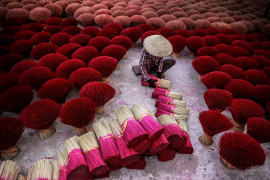 "fot. Tran Tuan Viet, ""Making Incense"", finalista kategorii Travel"