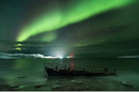 "fot. Michael Zavyalov, ""Aurora Borealis on the coast of the Barent's Sea"" / Insight Investment Astronomy Photographer of the Year 2018"