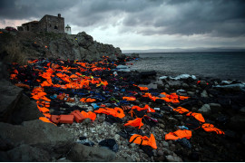 "fot. Sandra Hoyn, ""Life Jackets on the Greek Island of Lesbos"" 1. nagroda w kategorii Changing Climate, Kamizelki ratunkowe porzucone przez migrantów przedostających się z Turcji do Grecji."