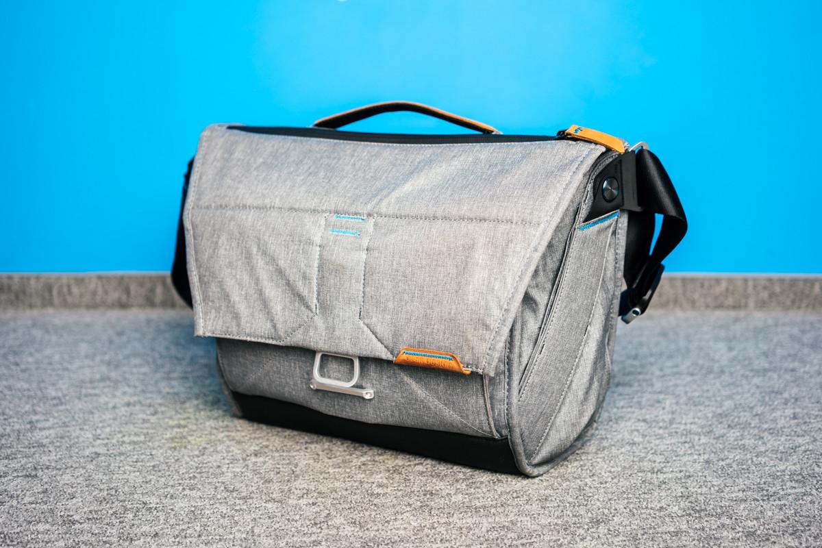 6e89c22b02898 Peak Design Everyday Messenger jest dostępna w dwóch rozmiarach. 13-calowym  i 15-calowym. Mniejsza wersja torby waży 1,1 kg, jej pełna pojemność to  6-14 ...