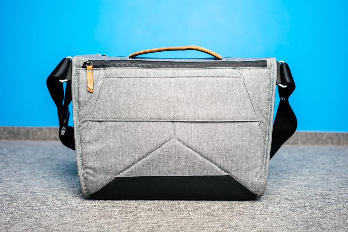 2dab2d168f507 Torby Peak Design Everyday Messenger są już na rynku od kilku lat, ale w  maju produkt ten został zaprezentowany w drugiej wersji. Główną nowością  jest tylna ...