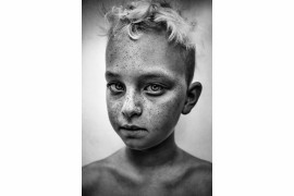 "fot. Lee Jeffries, ""Zephyr"", 1. miejsce w kategorii Portrait / B&W Child 2018"