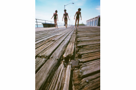 "fot. Neal Boenzi, ""Girls on Splintered Boardwalk"", South Beach / NYC Park Photo Archive"
