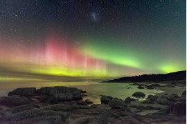 fot. James Stone, Aurora Australis z plaży Beerbarrel / Insight Investment Astronomy Photographer of the Year 2019