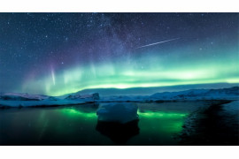 "fot. Angel Yu, ""Reflections of aurorae and meteors"" / Insight Investment Astronomy Photographer of the Year 2019"