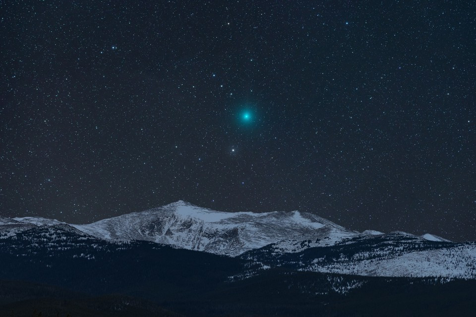 "fot. Kevin Palmer, ""Comet and Mountain"" / Insight Investment Astronomy Photographer of the Year 2019"