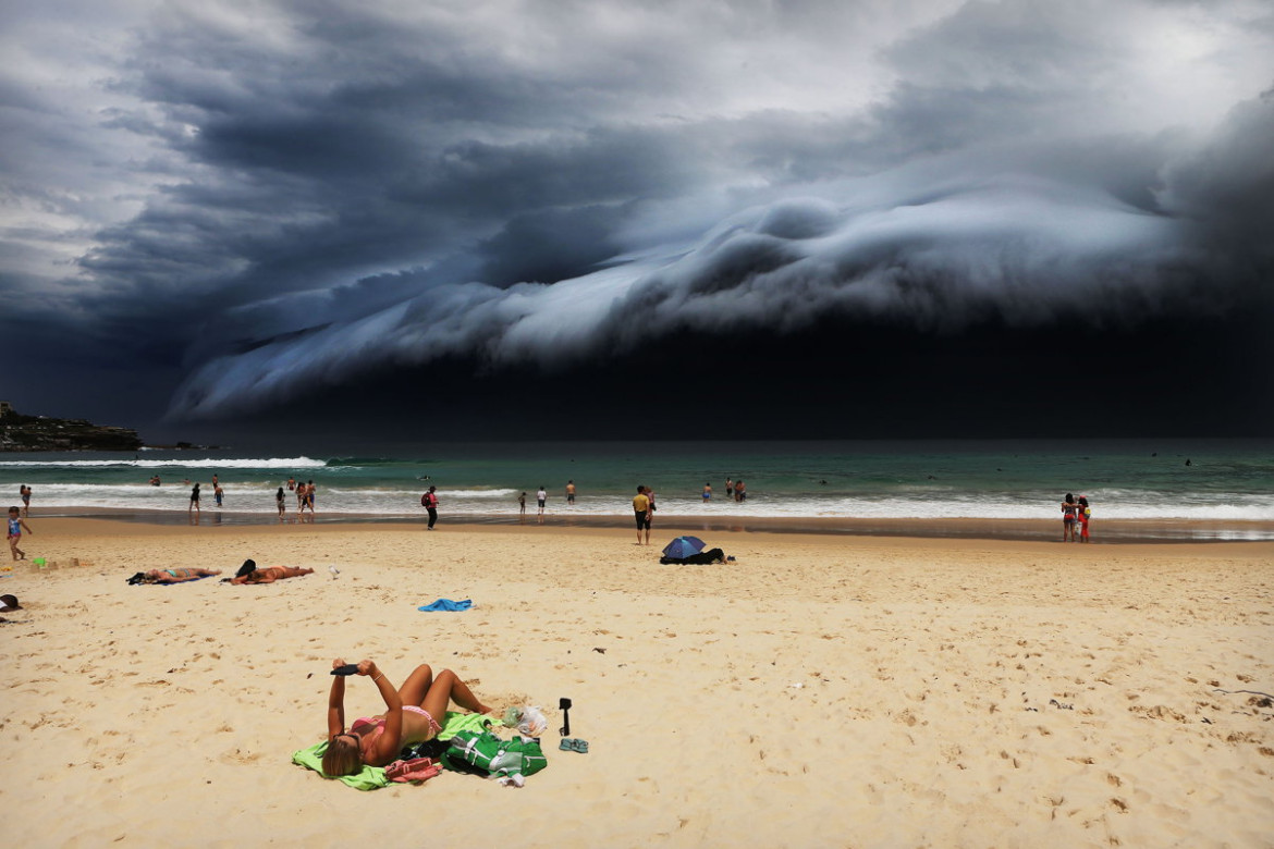 "1. miejsce w kategorii ""Nature"", fot. Rohan Kelly. ""Storm Front on Bondi Beach"""