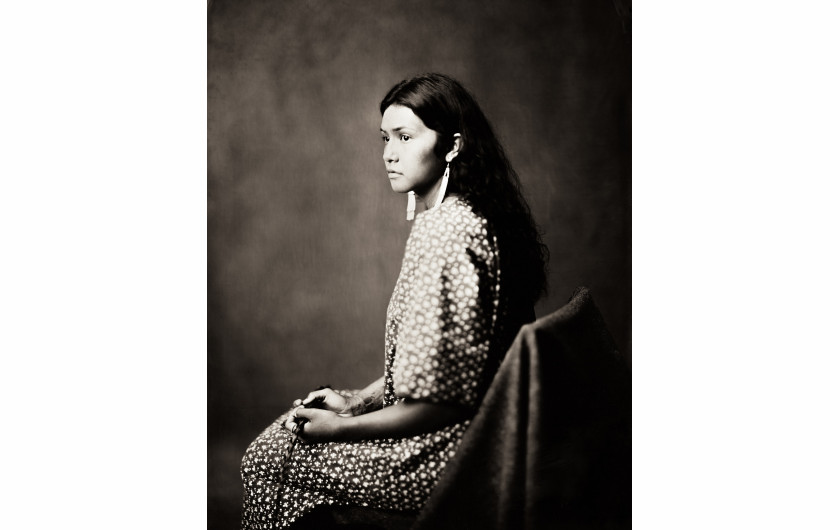 fot. Shane Balkowitsch, na zdjęciu Jaelyn Rita Two Hearts. Z projektu Northern Plains Native Americans: A Modern Wet Plate Perspective